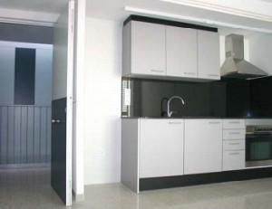 Entrada i cuina d'un dels pisos | Foto: A.