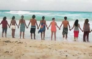 Una cadena humana a la platja | Imatge: YouTube