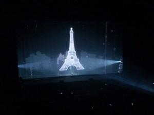 Projeccions al teló de l'escenari a l'inici del show